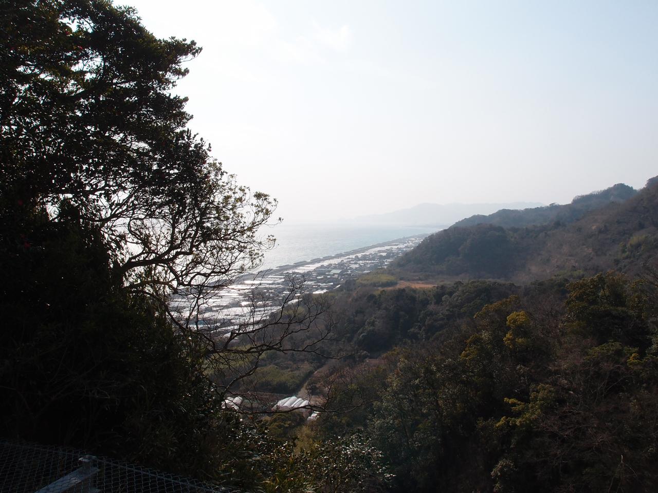 久能山東照宮の石段を登り切ったところ