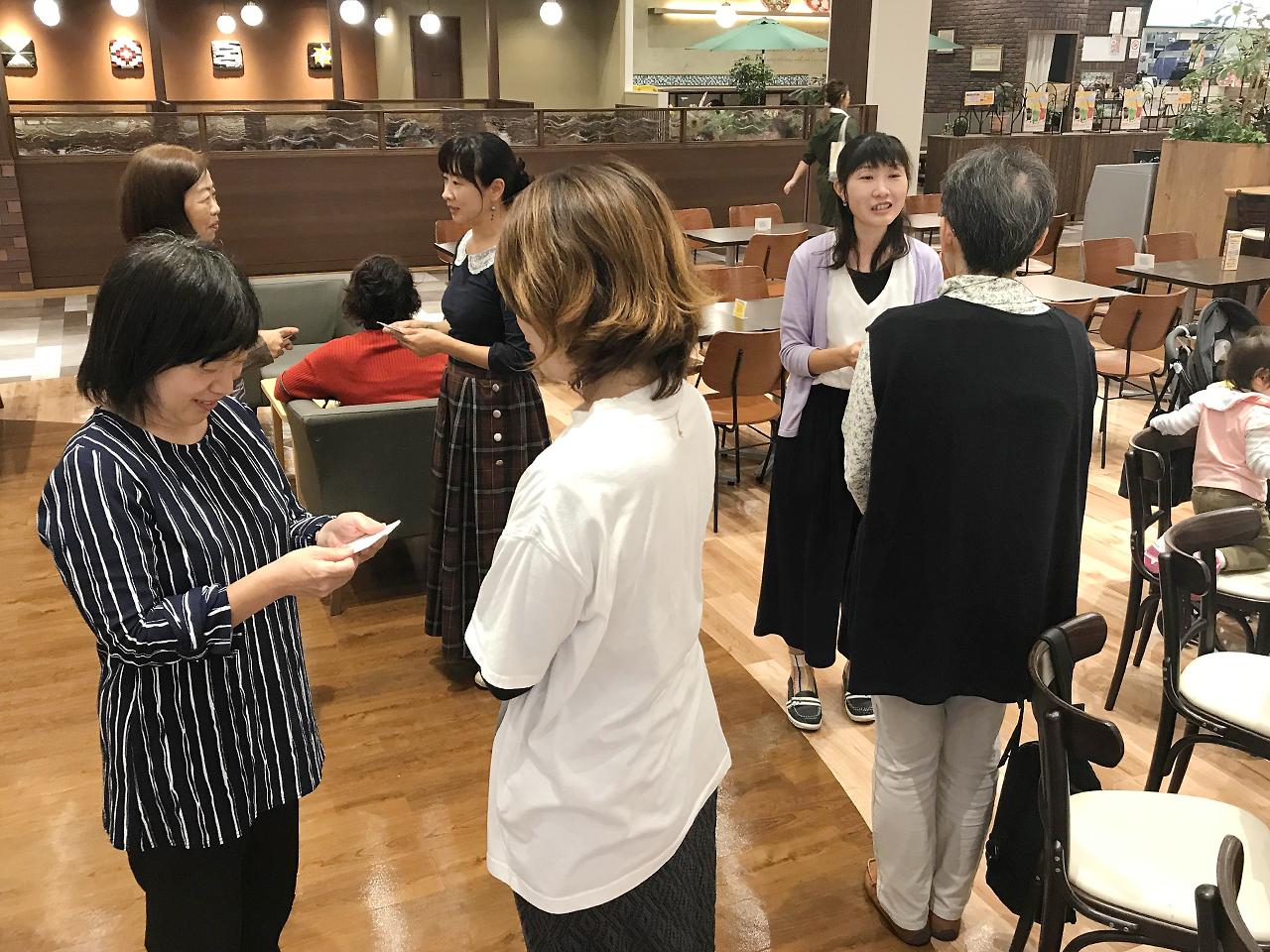 イオンモール富士宮店にて名刺デザインのコツ:名刺交換タイム